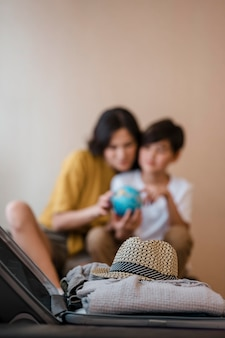 Mulher e criança borradas de tiro médio