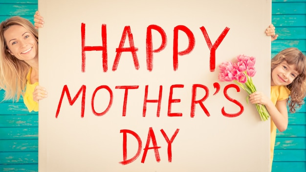 Mulher e criança com buquê de flores contra fundo verde primavera feriado em família dia das mães