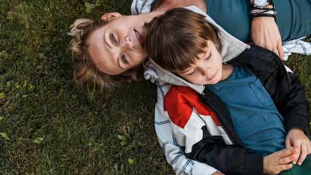 Mulher e criança em close na grama