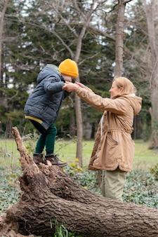 Mulher e criança jogando tiro completo