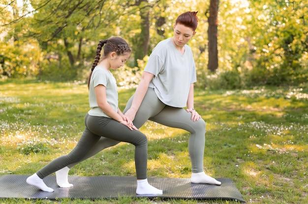 Mulher e criança treinando juntas