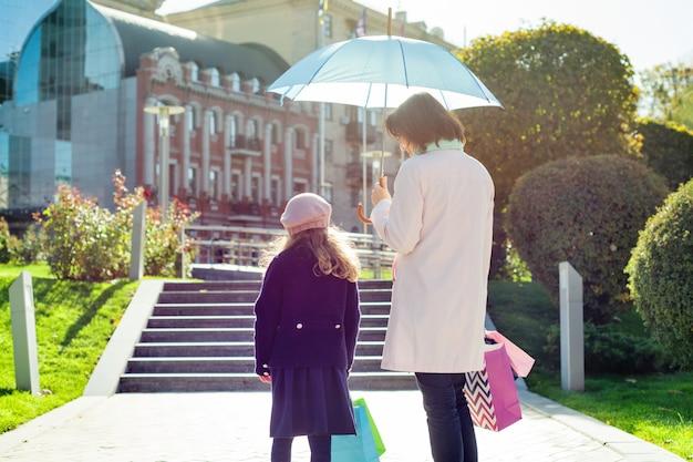 Mulher, e, dela, filha pequena, com, bolsas para compras