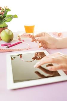 Mulher e dieta de frutas enquanto trabalhava no computador no escritório