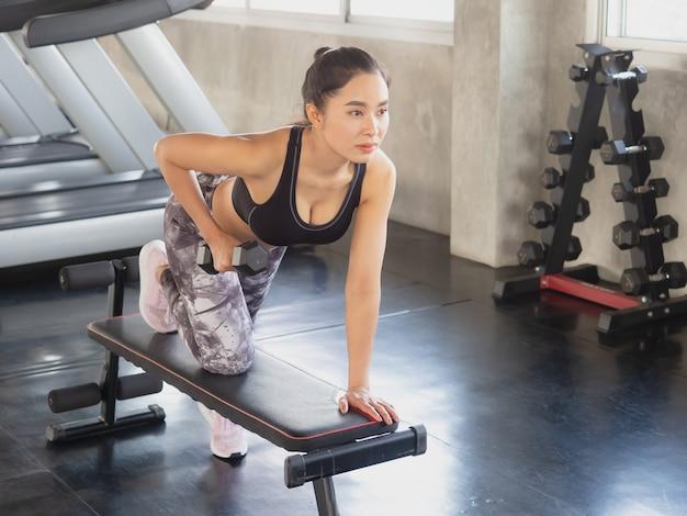 Mulher, é, exercitar, com, um, dumbbell, em, ginásio