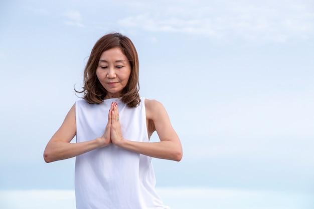 Mulher, é, fazendo, exercício, ioga, ligado, céu azul