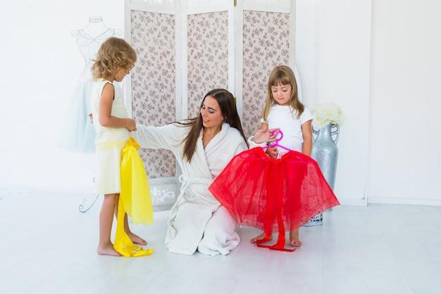Mulher e filhos no quarto