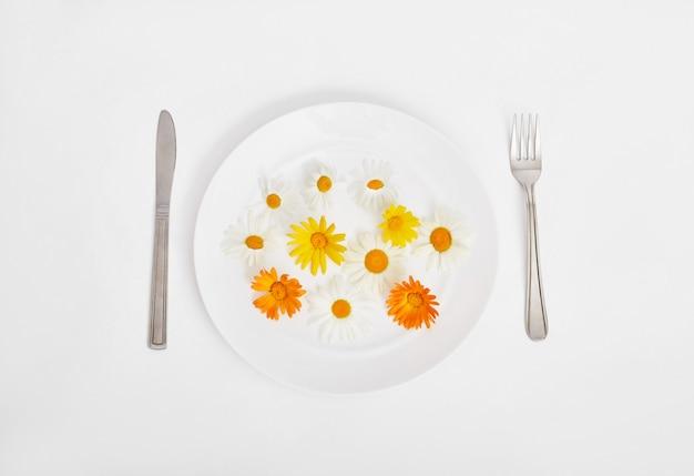Mulher e flores da primavera linda no prato, mãos e cuidados com a pele, cosméticos naturais