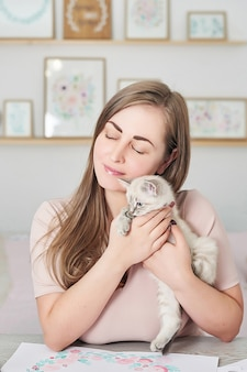 Mulher e gatinho fofo conceito de amizade e amor