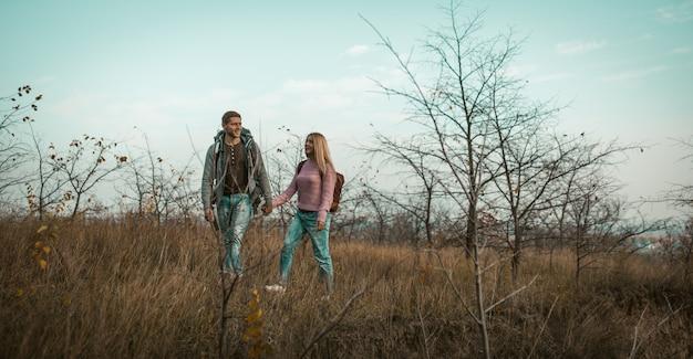 Mulher e homem alegre andar outdors de mãos dadas