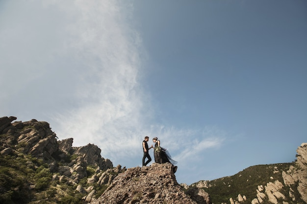Mulher e homem com roupas pretas ao ar livre