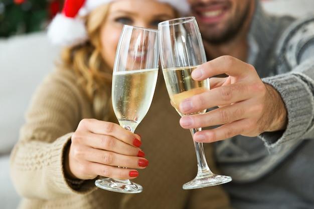 Mulher e homem com vidros do champanhe, sorrindo