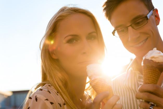 Mulher e homem comendo um sorvete