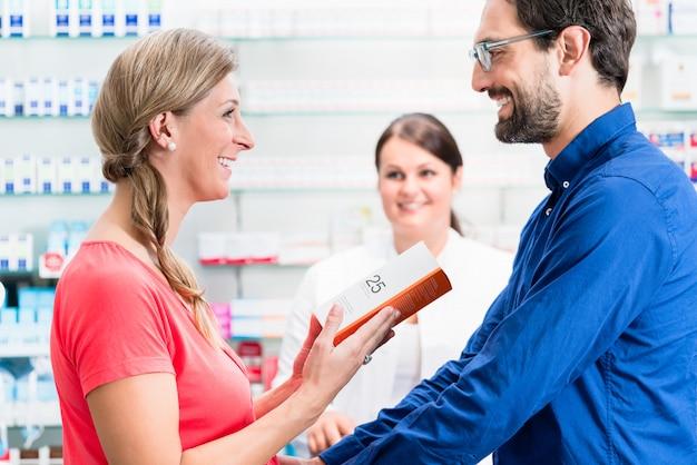 Mulher e homem comprando drogas na farmácia