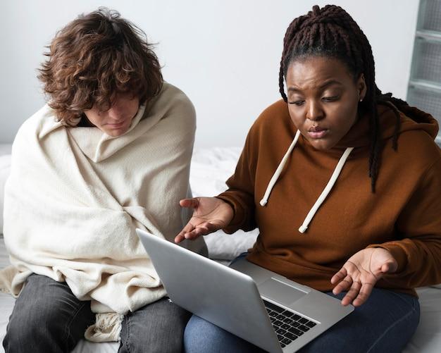 Mulher e homem conversando com um médico online