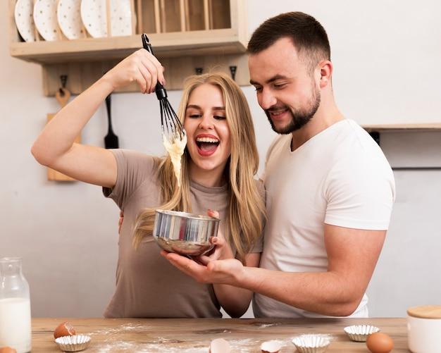Mulher e homem cozinhando juntos