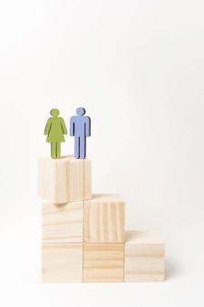 Mulher e homem de pé no topo da escada