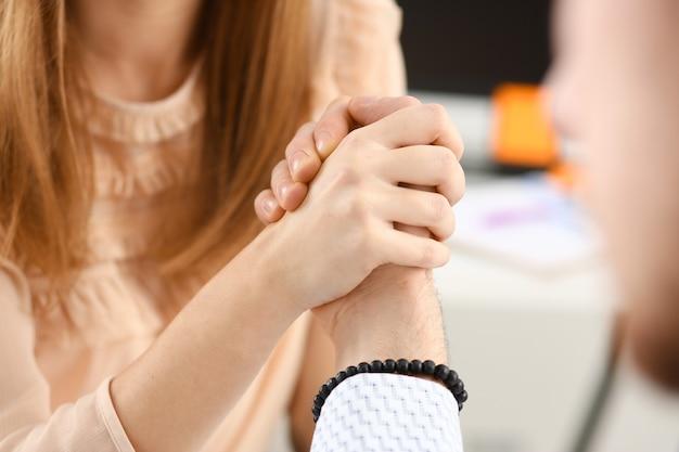 Mulher e homem de terno de mãos dadas