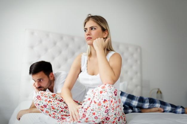 Mulher e homem em conflito e em crise de relacionamento