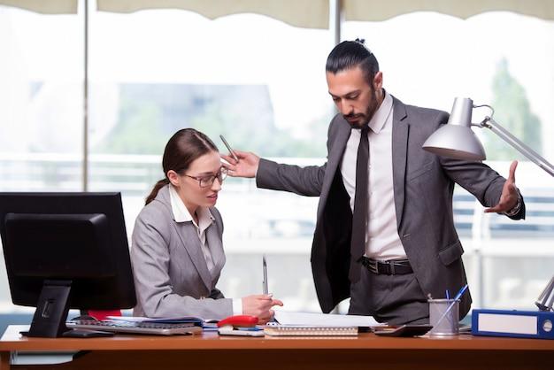 Mulher e homem no conceito de negócio