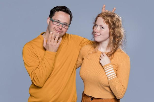 Mulher e homem posando de uma maneira boba