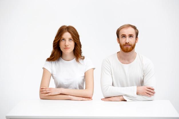 Mulher e homem ruivo curioso olhar para cima