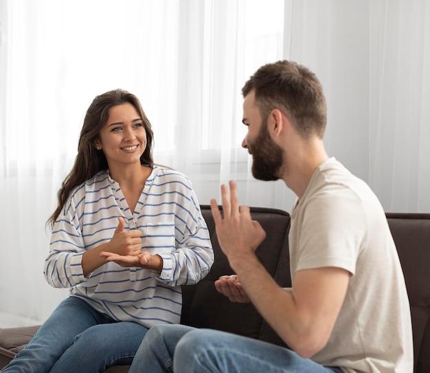 Mulher e homem se comunicando através da linguagem de sinais