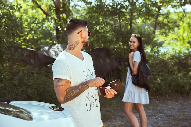 Mulher e homem sorrindo e passando algum tempo juntos na floresta. conceito de relacionamento.