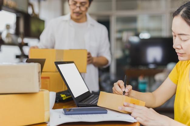 Mulher e homem trabalhando juntos no escritório