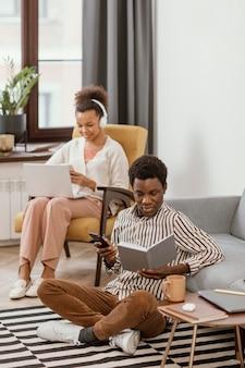 Mulher e homem trabalhando remotamente em casa