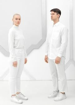 Mulher e homem vestindo roupas brancas