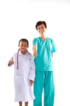 Mulher e menina em trajes de médico conversando
