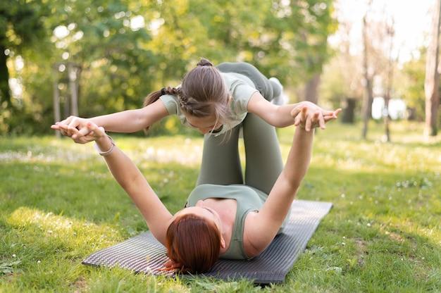 Mulher e menina treinando juntas