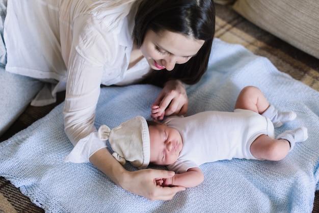 Mulher e menino recém-nascido