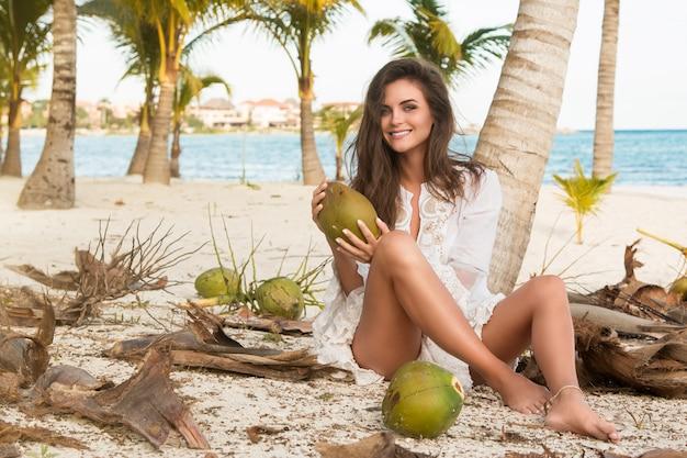 Mulher e muitos cocos no chão
