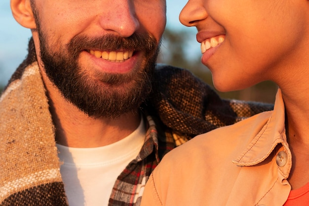 Mulher e mulher sorrindo close-up