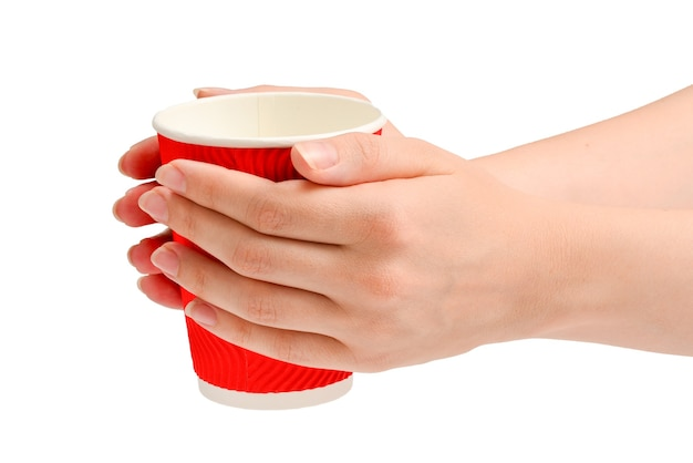 Mulher e segurando o copo de papel para várias bebidas isoladas em branco.