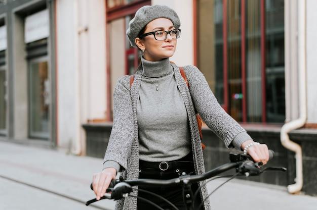 Mulher e sua bicicleta caminhando