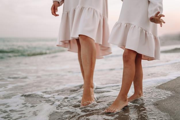 Mulher e sua filha na praia