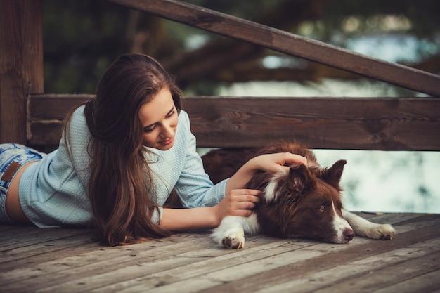 Mulher e um cachorro no parque