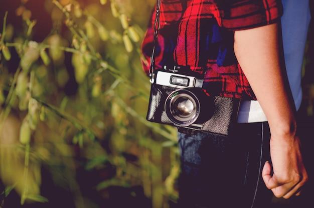 Mulher e uma câmera em um campo de flores amarelas