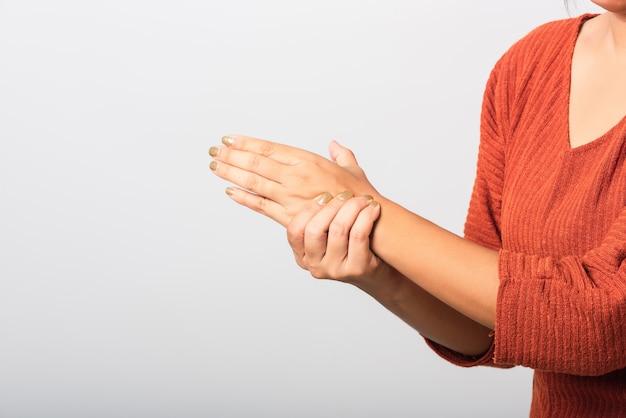 Mulher ela segurando o pulso das mãos
