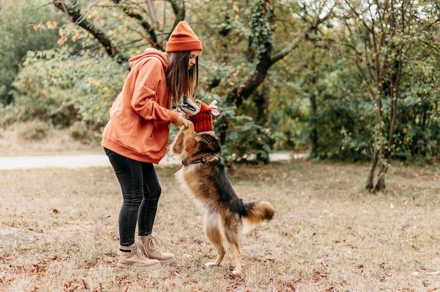 Mulher elegante a passear com o cão