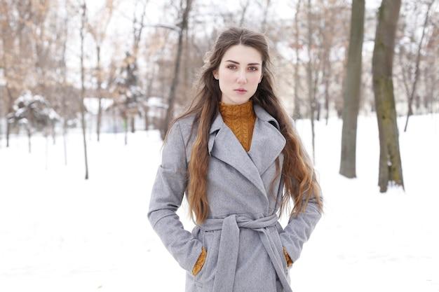 Mulher elegante andando pela cidade com casaco quente