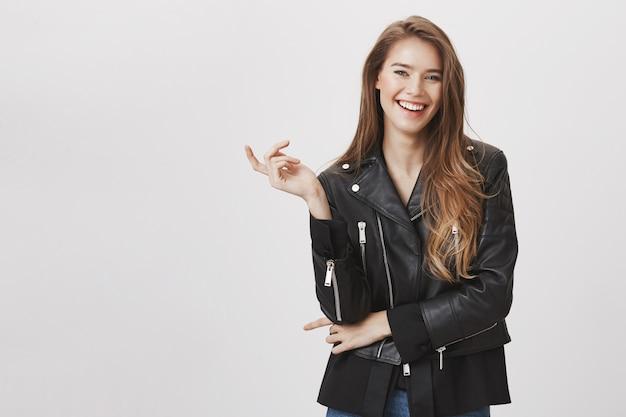 Mulher elegante atraente na jaqueta de couro, sorrindo