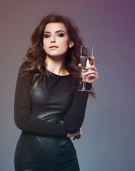 Mulher elegante bebendo champanhe luxuoso