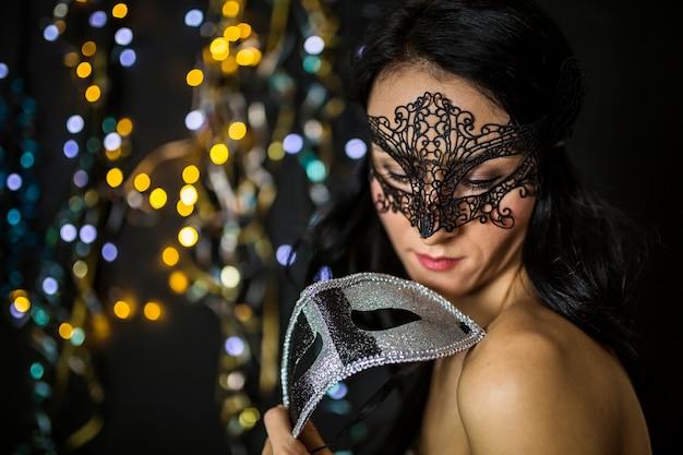 Mulher elegante, celebrando o carnaval veneziano
