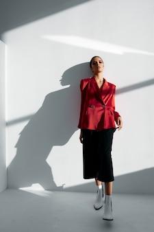 Mulher elegante com blazer vermelho e calça sapatos de outono da moda