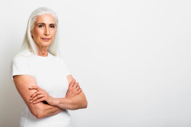 Mulher elegante com cabelos grisalhos, olhando para a câmera
