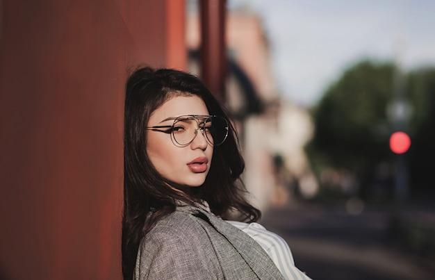 Mulher elegante com lábios carnudos em óculos