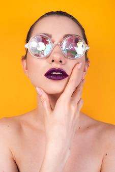 Mulher elegante com óculos coloridos